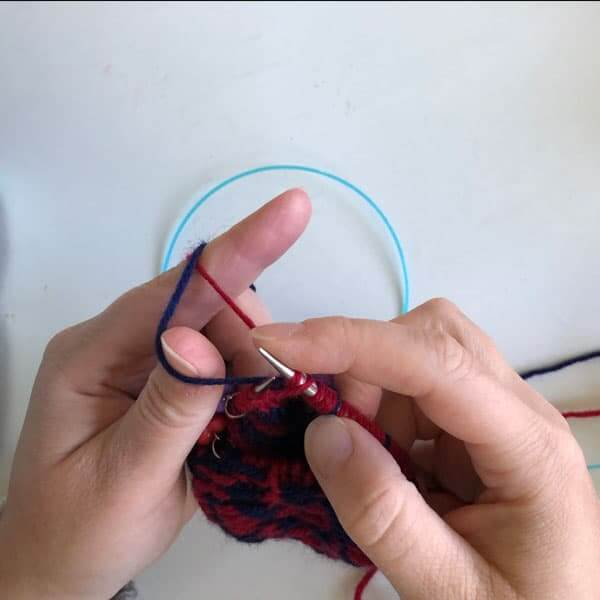 Tips for stranded knitting | How to twist floats in stranded knitting. This is how a twist my strand as I go.