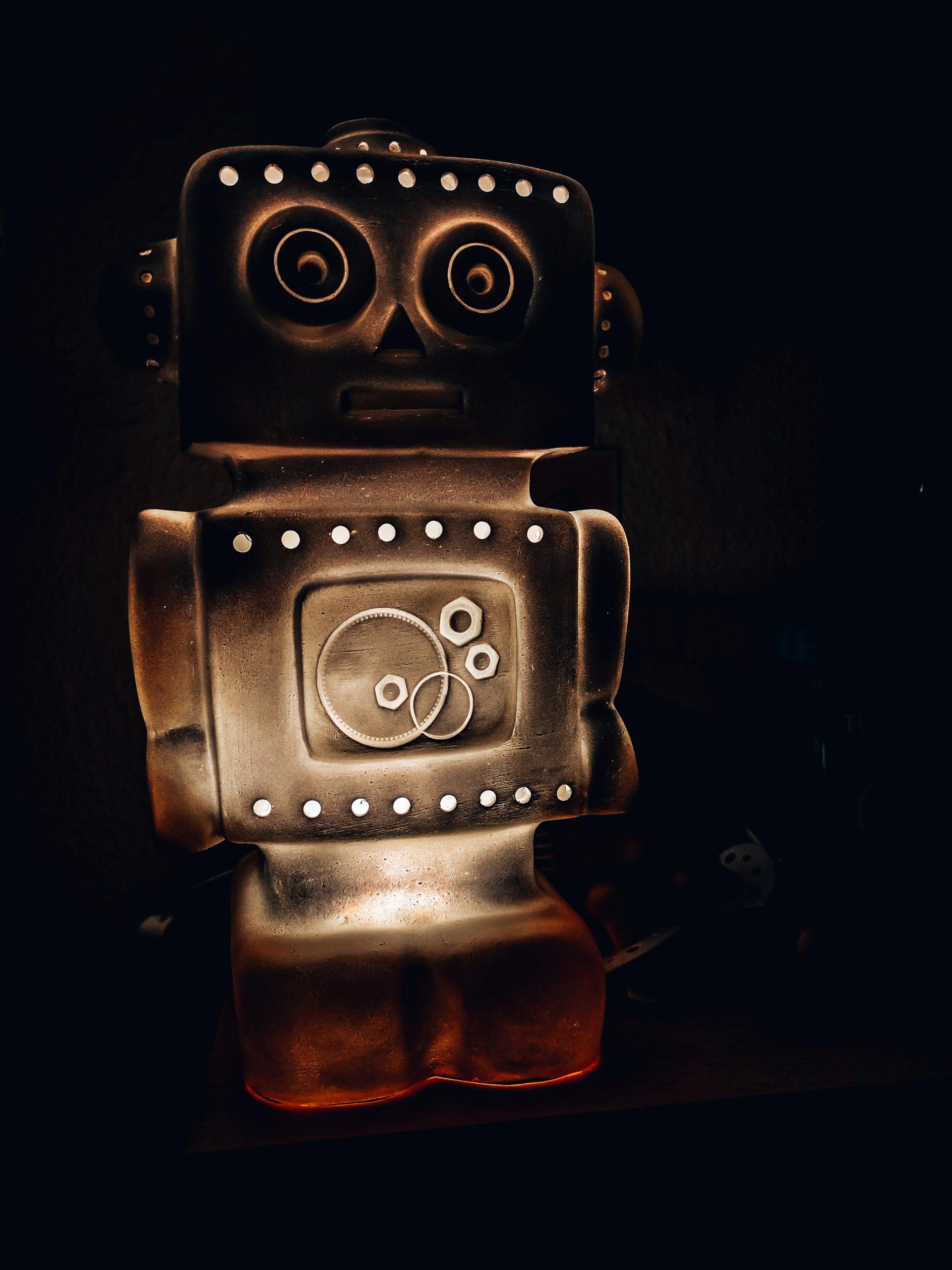 Heico robotlampe fra Ciha tændt i mørket