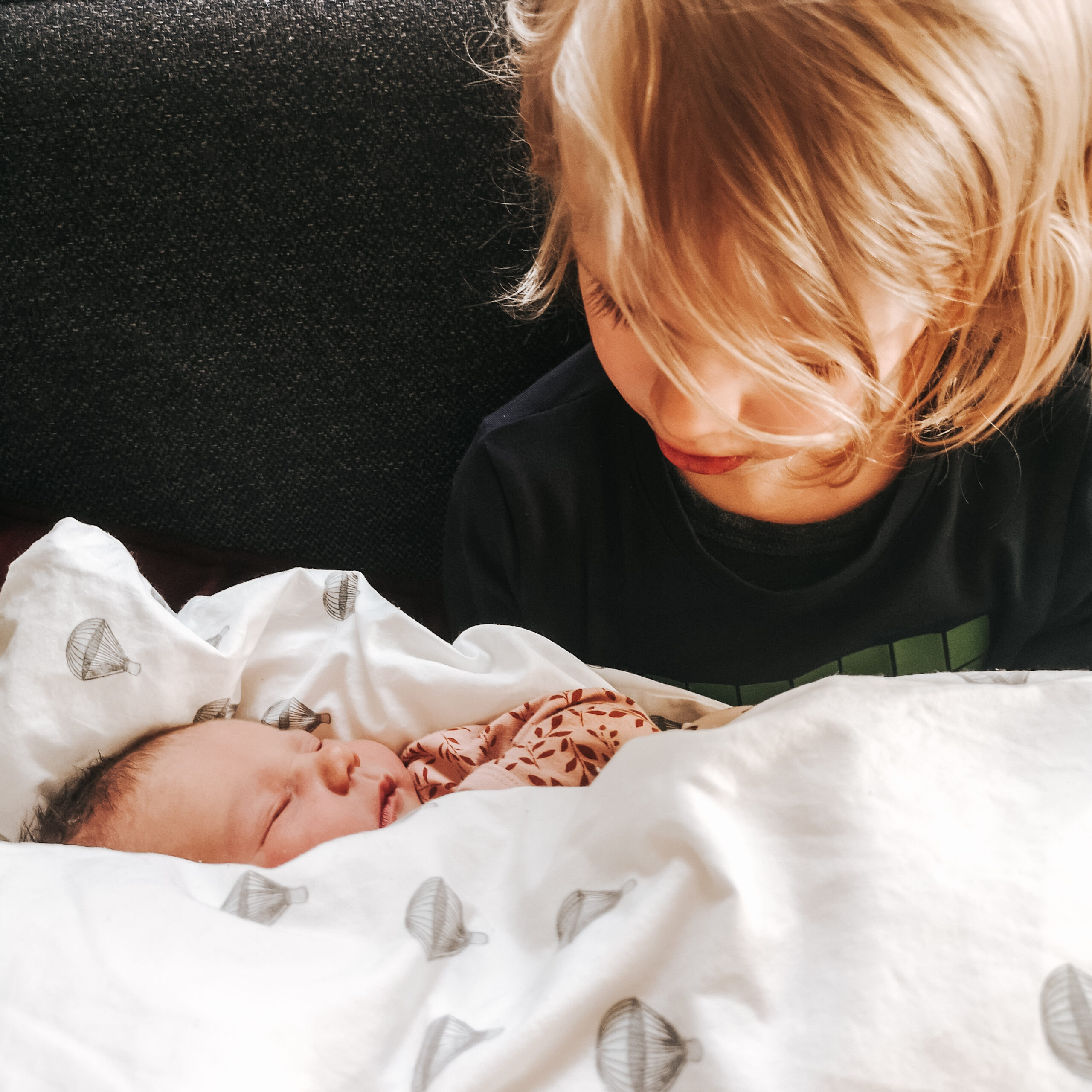 storebror og nyfødt lillesøster