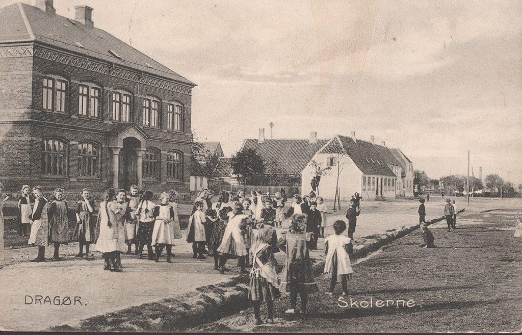 """Dragør Skoles ældste bygning (til højre) og den """"røde skole"""" til venstre. Foto 1908."""