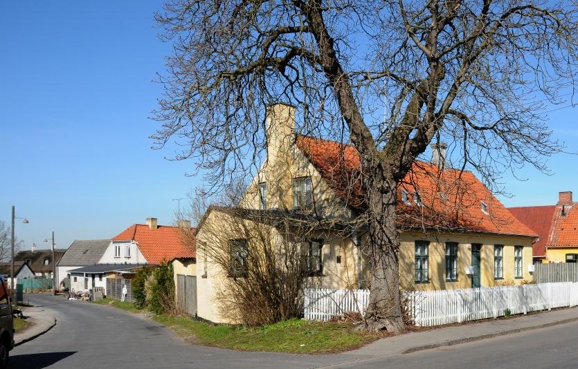 Hovedgaden 34 på hjørnet af Skolegade. Foto: Jørgen D. Petersen.