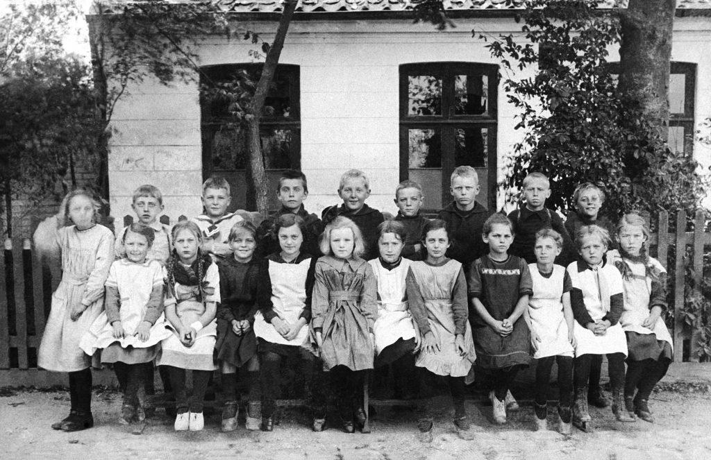 Elever foran skolen ved Skolegade, 1921.