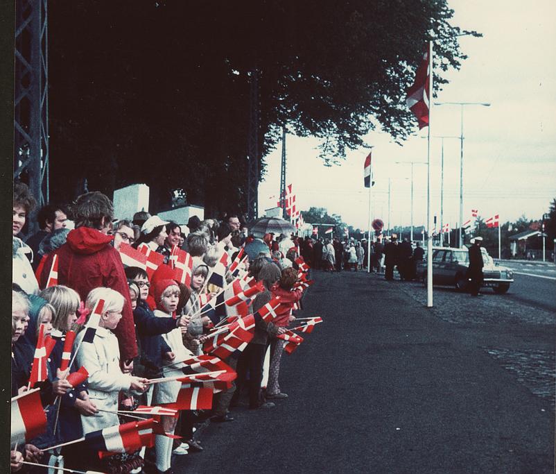 Ved modtagelsen af gæster ved Store Magleby Kirke ved jubilæet i 1971 var der både danske og hollandske flag. Foto: Birte Hjorth.