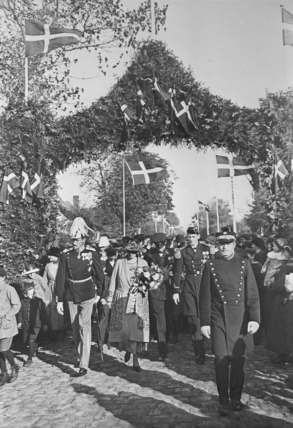 Kongen ankommer til Store Magleby på festdagen i 1921.
