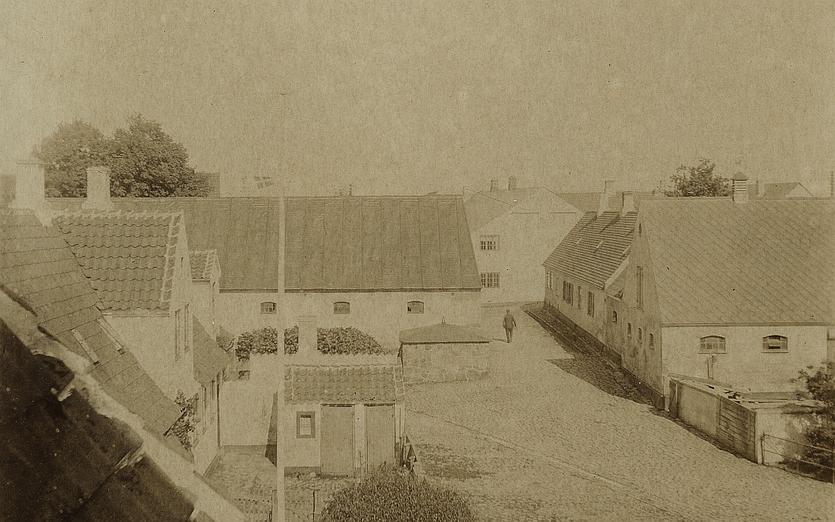 Toldergade med Dragørgårds længe midt i billedet.