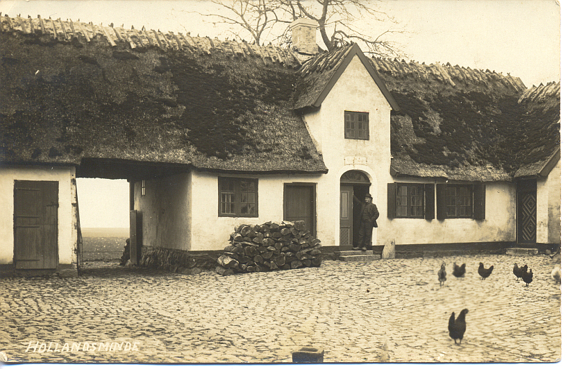 Gårdspladsen på Hollandsminde omkring 1915.