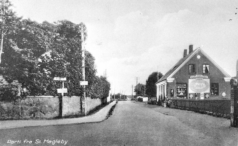 Møllegade set fra kirken mod syd. Til højre købmandsforretningen på Møllegade 4. Foto formentlig fra 1920'erne.