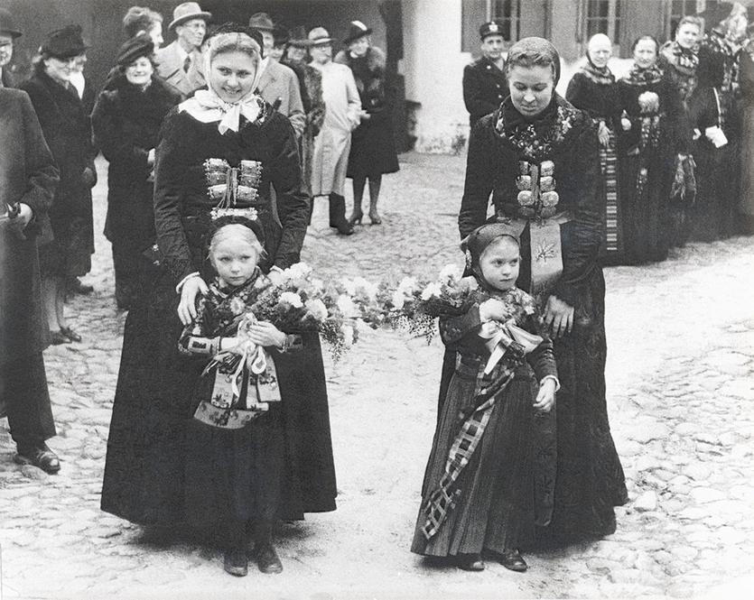 Blomsterpiger parat til at modtage de kongelige gæster. Foto 1946.