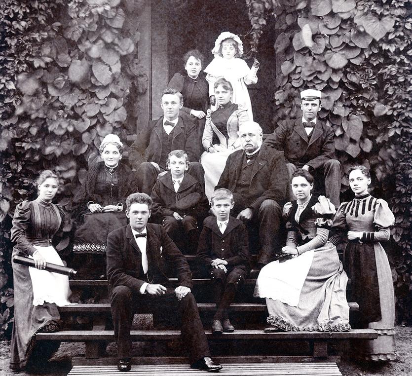 Fritz Julius Madsen (midt i billedet) omgivet af sin familie på trappen til Dragørgård. Foto ca. 1892.