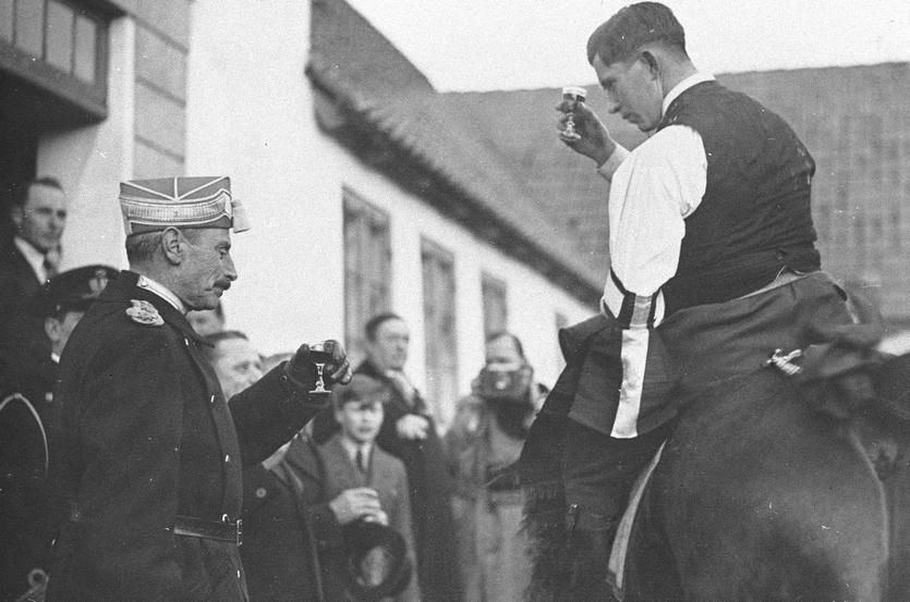Hollændergård havde kongeligt besøg i 1937, da Christian den 10. mødte årets tøndekonge vd fastelavnsridningen på gårdspladsen.