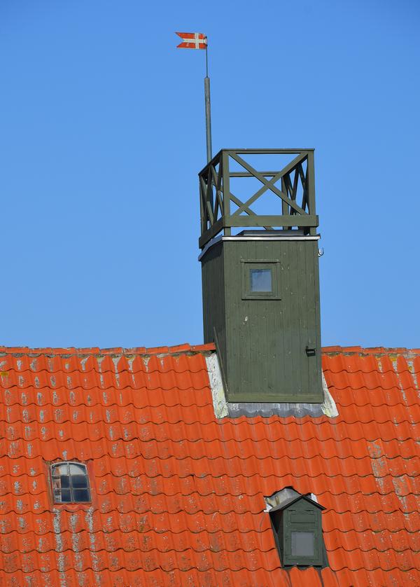 Det oprindelige udkigstårn som tagrytter på lodsbygningens tag. Desuden havde det lille tagvindue til højre en lem over ruden, hvor der kunne placeres en kikkert.