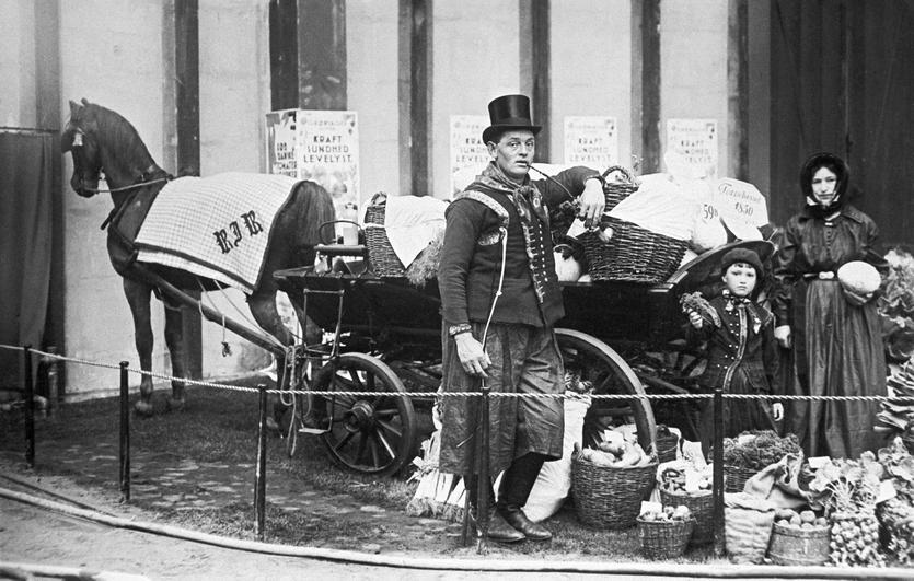 Rasmus Jeppesen Rasmussen med sønnen Carl Jan og hustruen Grith på Producentforeningens stand på gartnerudstillingen i Forum i 1930. Torvevognen havde været i brug på deres gård Wybrandtsminde i Store Magleby siden 1850.