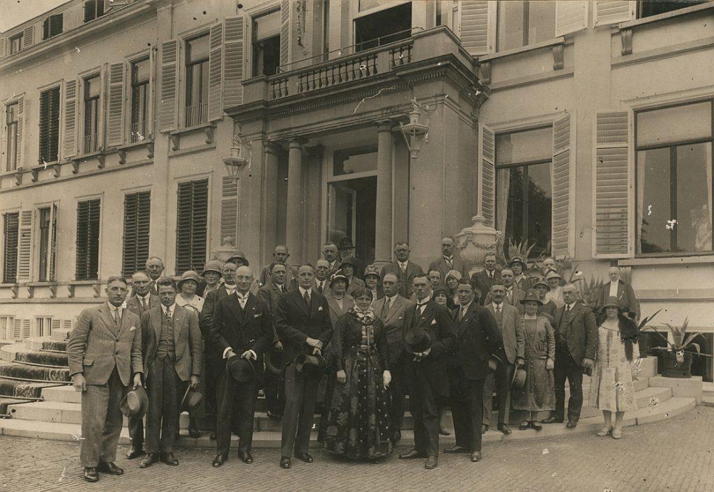 Producentforeningens medlemmer på beøg hos Nederlandenes dronning Wilhelminas slot Soestdijk i 1929. Forrest står Marchen Svendsen i amagerdragt.