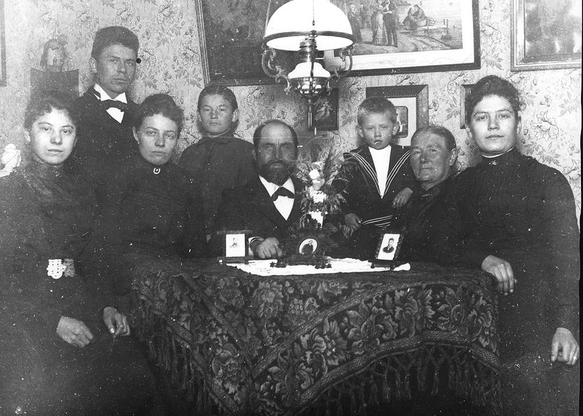 Sophus Jørgensens familie i Bjergerlav 10 i Dragør. Sophus og hans forlovede Trine ses længst til venstre. Foto ca. 1904.