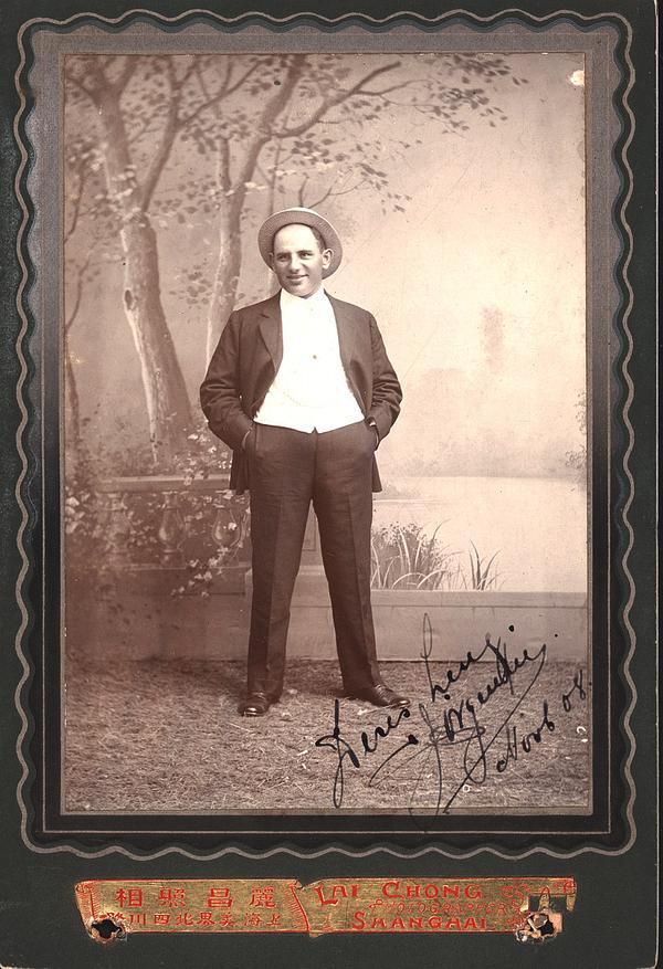Sophus Jørgensen hos fotografen i Shanghai 1908. Billedet er måske sendt hjem til Sophus' forlovede i Dragør.