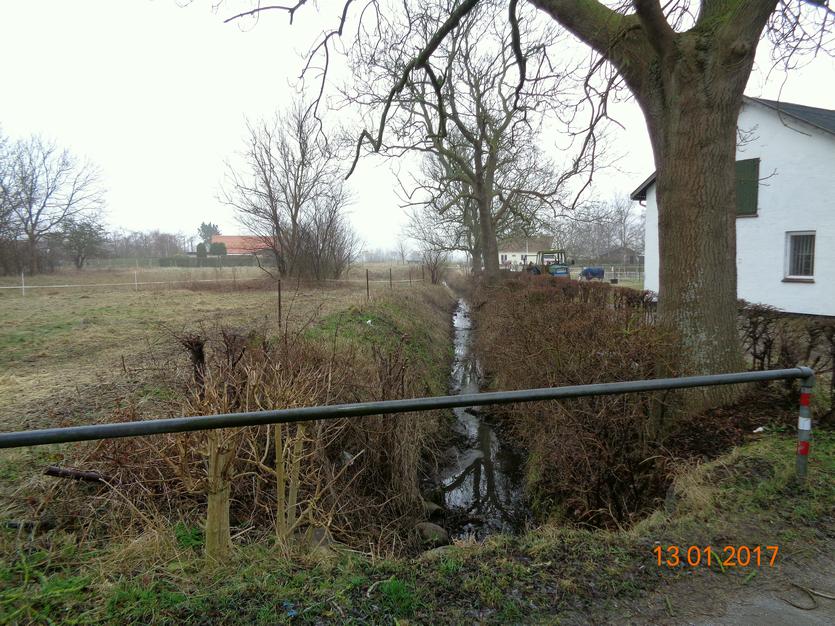 I dag er der ikke noget tilbage af Brydevælen, men afvandingsgrøften, der sikkert oprindeligt har sikret vandforsyningen til hørproduktione, eksisterer endnu. Foto 2017 af Alf Mortensen.