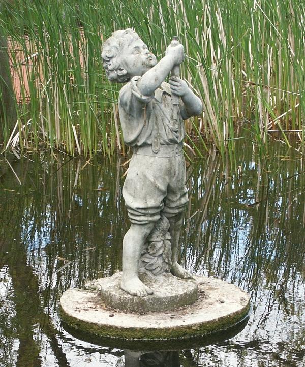 """""""Lille Peter"""" står i dag i anlægget ved Enggården. Foto Jørgen D. Petersen."""