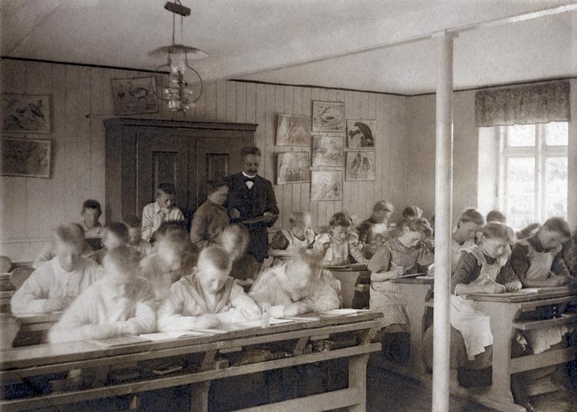 Lærer Oluf Nøsted i klasseværelset, ca. 1910.