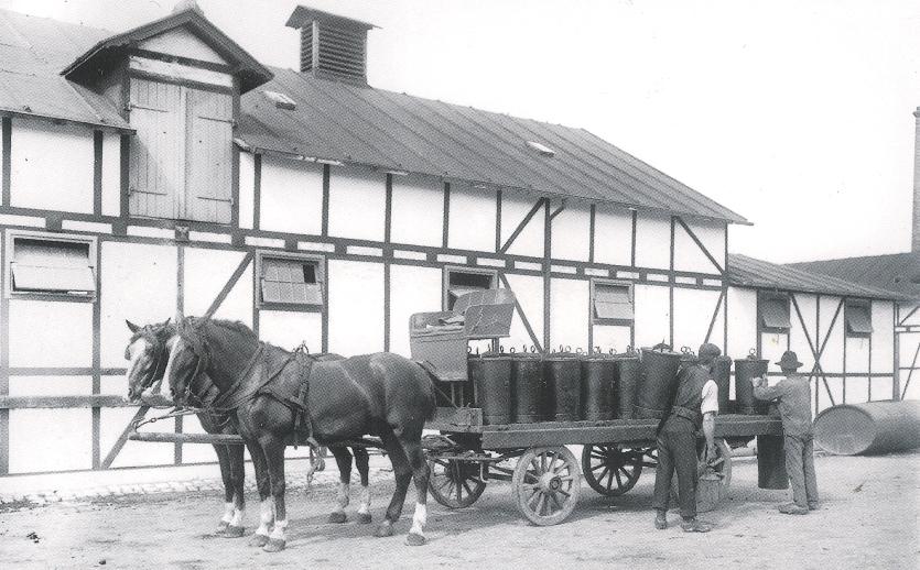 Vogn med latrintønder på samlestationen ved Kløvermarken. Foto af Peter Elfelt, 1906.