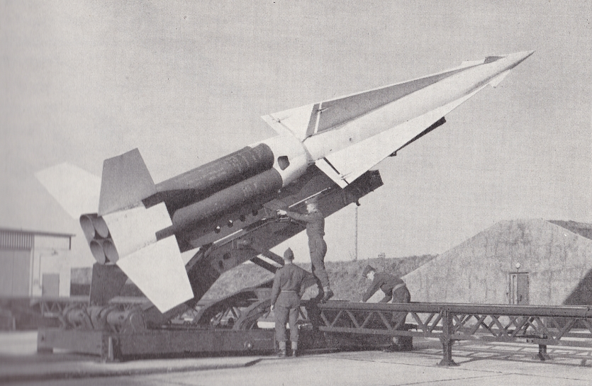 """NIKE-raket i afskydningsområde. Billedet er gengivet i bogen: """"Flyvevåbenet - historie og udvikling""""."""