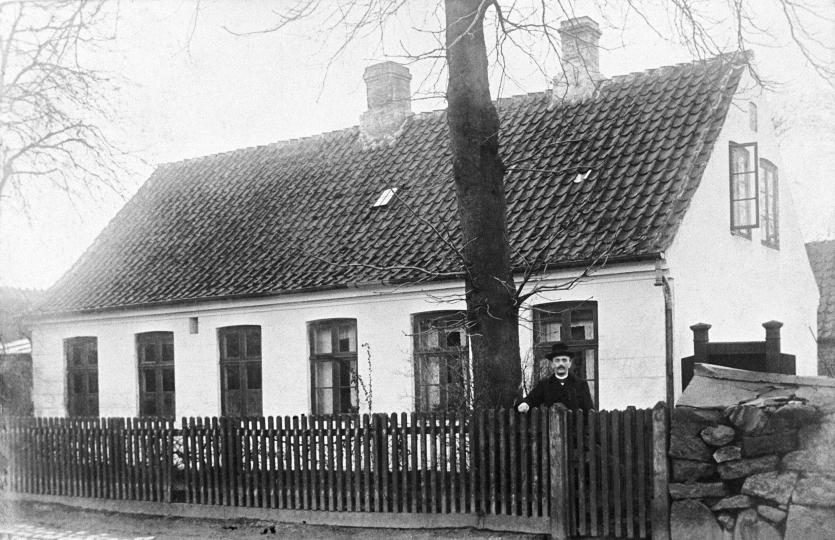 Skolen i Hovedgaden, ca. 1910. Foran huset står andenlærer Ludvig Kofoed.
