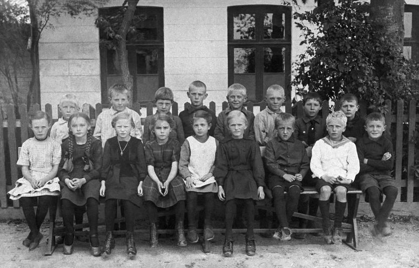 """Elever i den """"lille"""" skole på hjørnet af Skolegade 1910-11."""