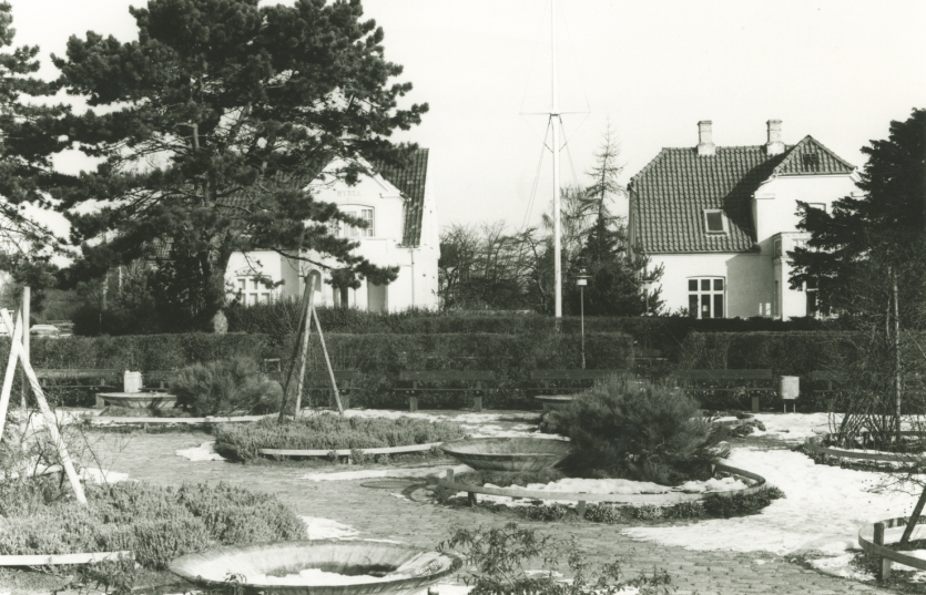 Anlægget 1980 efter omlægningen med blomsterbede og -kummer. Foto 1980.