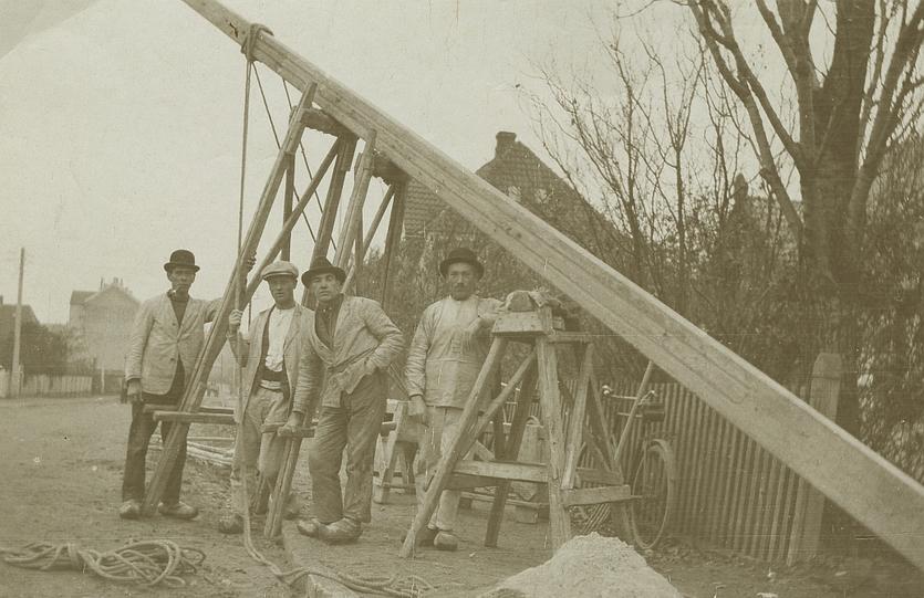 Medarbejdere fra firmaet Danalith rejser elmaster et sted på Amager. Udateret foto.