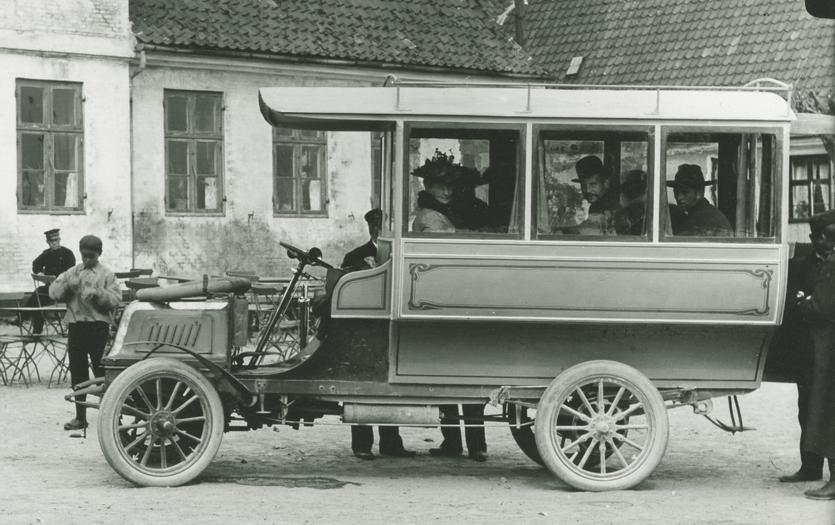 Brdr. Jensens motor-omnibus ved Strandhotellet i Dragør. Foto ca. 1904.