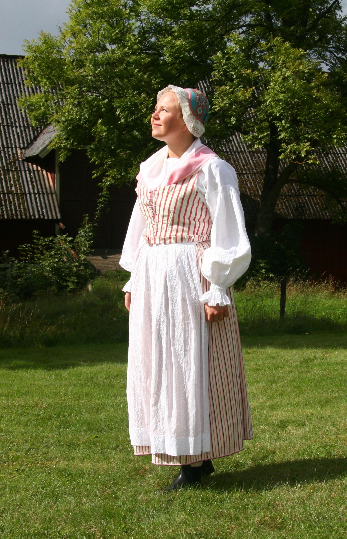 Småland, Västra härad. Bild från boken Allmogens kläder blir häradsdräkter. Foto Joakim Depui