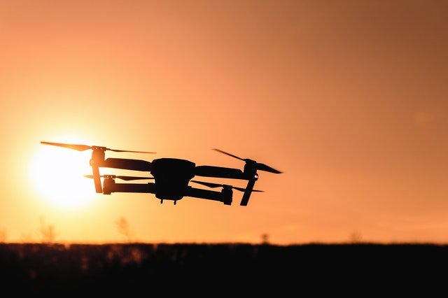 drone i solnedgang