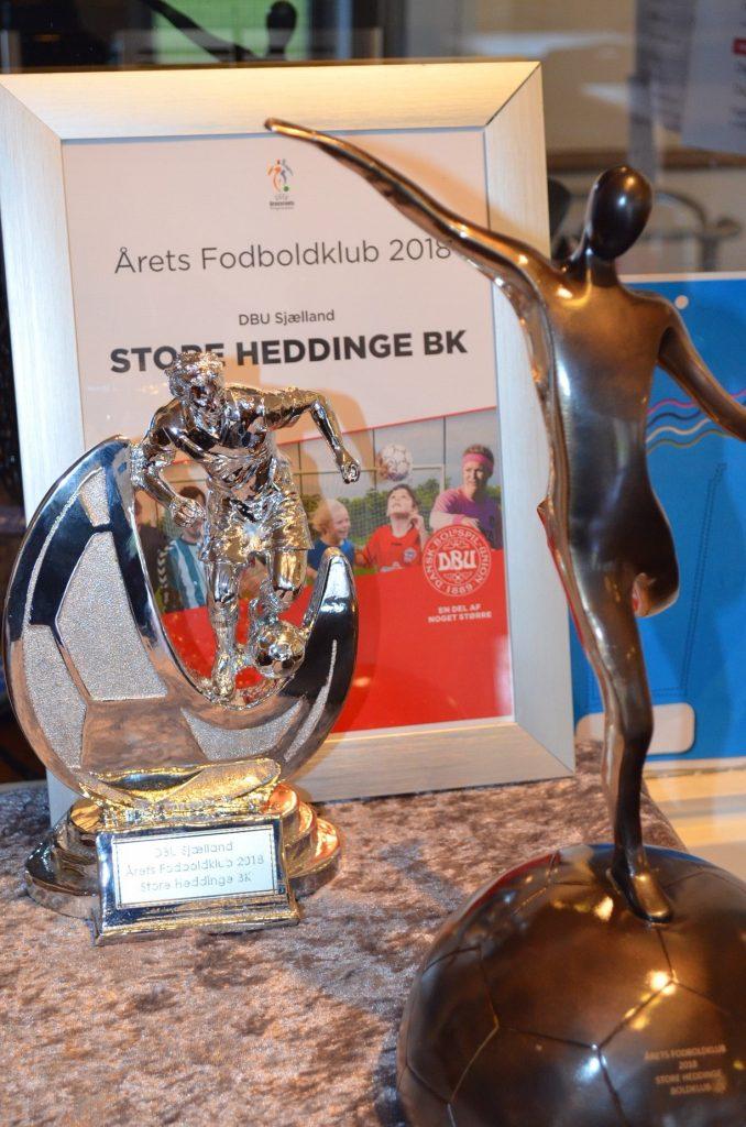 De to figurer for henholdsvis Årets Klub på Sjælland (tv) og for Årets Klub i Danmark (th).