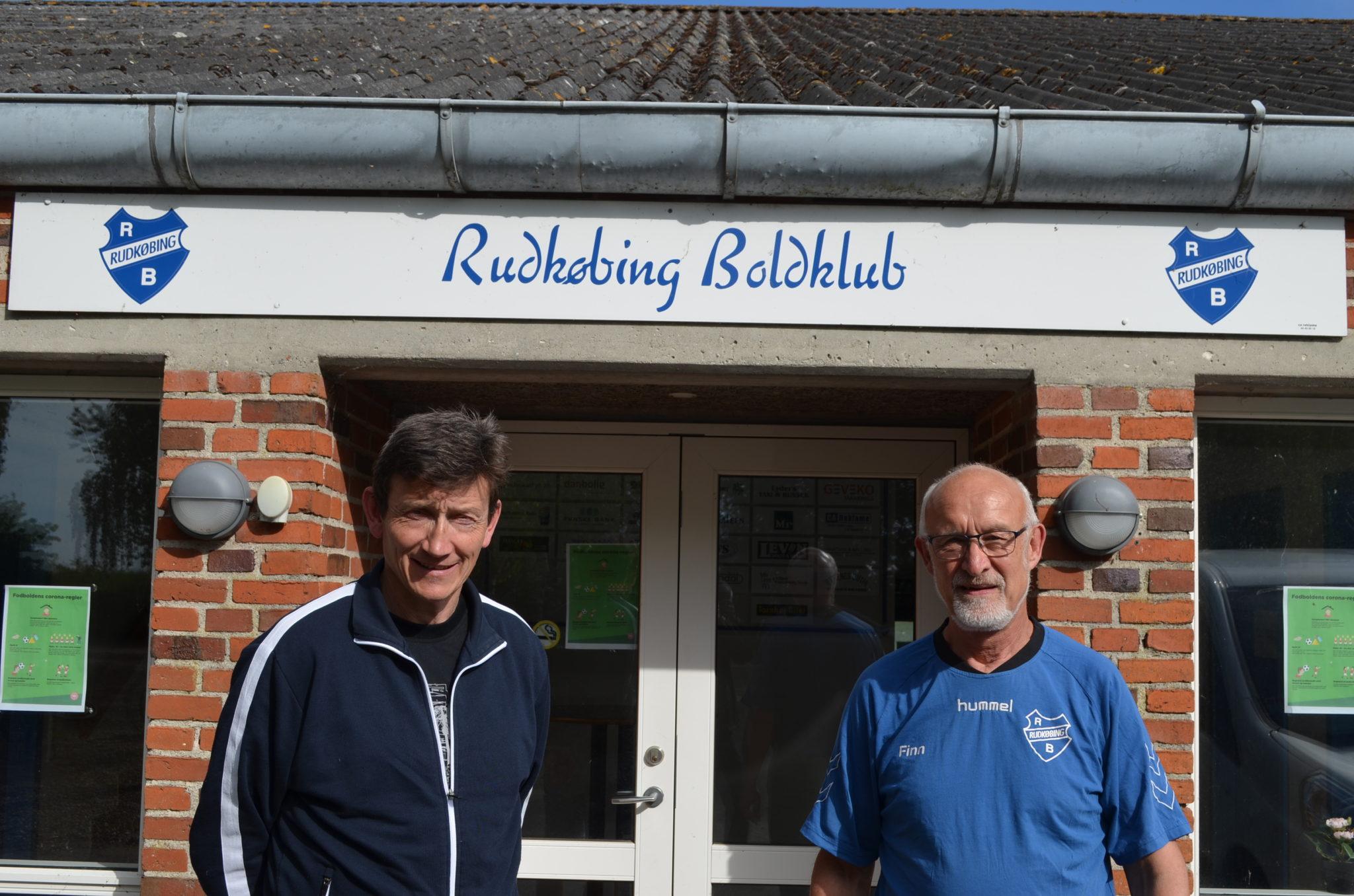 Tidligere cheftræner Kurt Hansen (tv) og formand Finn Pedersen håber, at langelænderne i fremtiden vil samarbejde og bakke op om fodbolden i Rudkøbing Boldklub. (Foto: Privat)