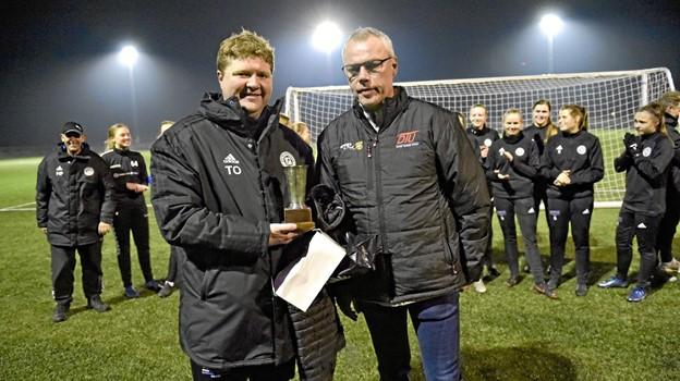 Torben Overgaard får overrakt pokalen af Michael Brandt DTU som Årets jyske Træner 2018.