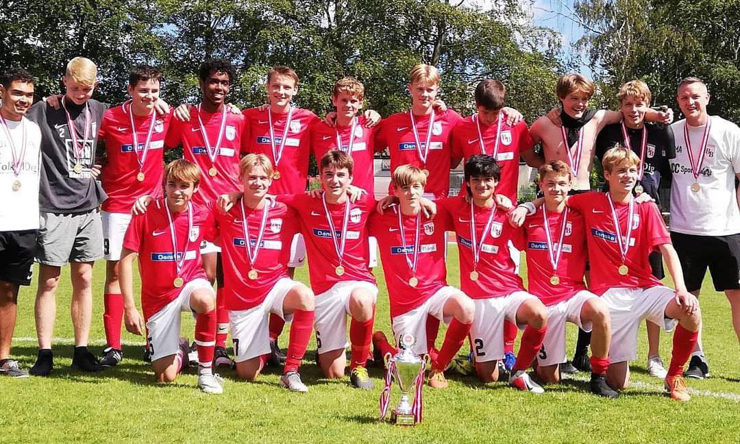 Bagsværd Boldklub oplevede i juni 2019 et af sine bedste resultater, da klubbens U16 drenge strøg til tops i række Øst 2 med en sejr i sidste sekund over Vanløse IF. I dag prøver de kræfter i U19 rækken. Cheftræner Martin Autzen står yderst til højre. (Foto: Bagsværd Boldklub)