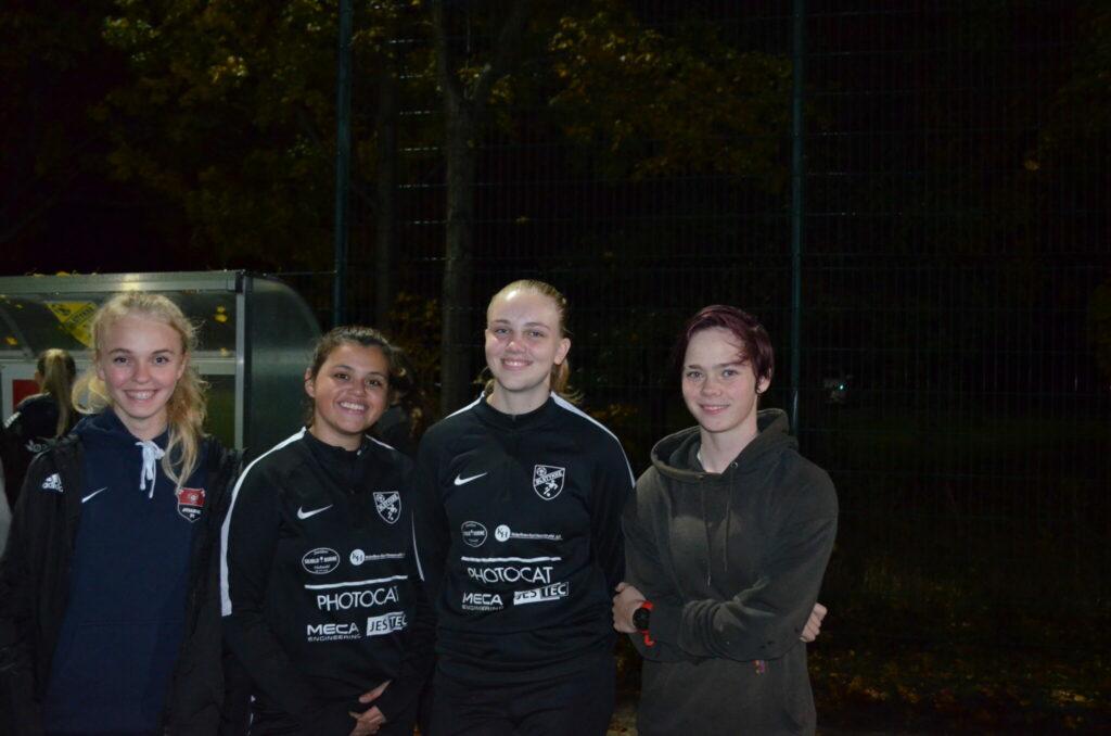 Fra venstre: Clara Kjærgaard, Jyllinge FC, Frederikke Bakbøl, Ølstykke FC, Marika Hougesen, Ølstykke FC og Catrine Højborg, Jyllinge FC. De fire U16 piger synes alle, at holdsamarbejdet er en super idé. - Vi har fået to gode fodboldhold, en masse nye venner og gode faciliteter og trænere, lyder det i kor. De fire piger har det helt fint med at træne og spille på skift i Ølstykke og Jyllinge, og de håber at samarbejdet kan fortsætte. (Foto: DTU)