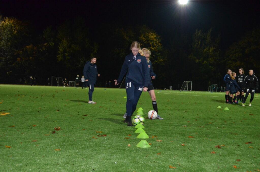 Alle U16 piger i Ølstykke FC og Jyllinge FC træner sammen på lige fod og er skiftevis på træningsbanen i Ølstykke og Jyllinge. (Foto: DTU)