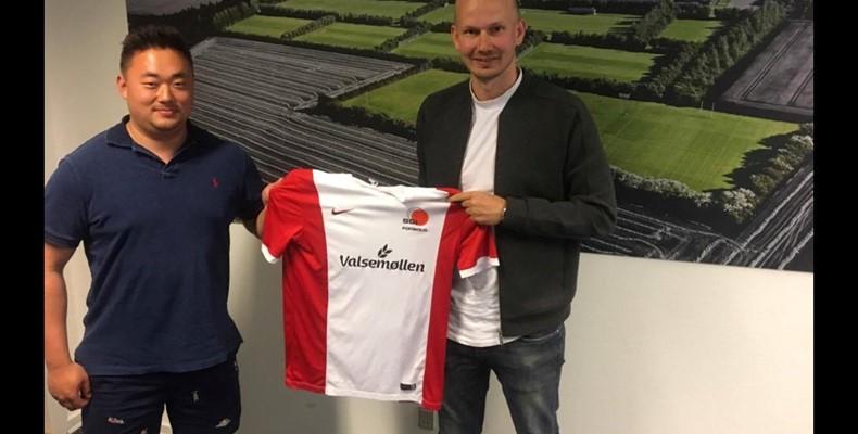 Sportschef Theis Nielsen tv ansatte i 2017 nuværende seniorcheftræner Jesper Grønborg th til U19. I foråret skal der spilles om oprykning til Danmarksserien.