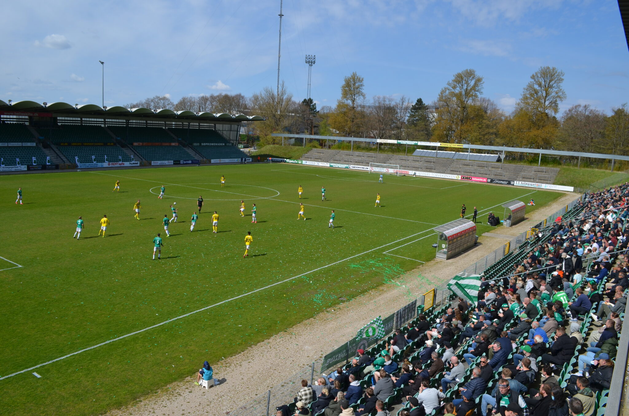 Tilskuere og fans var tilbage på Gladsaxe Stadion efter den lange Corona nedlukning, da AB tog imod Brønshøj i 2. division. (Foto: DTU)