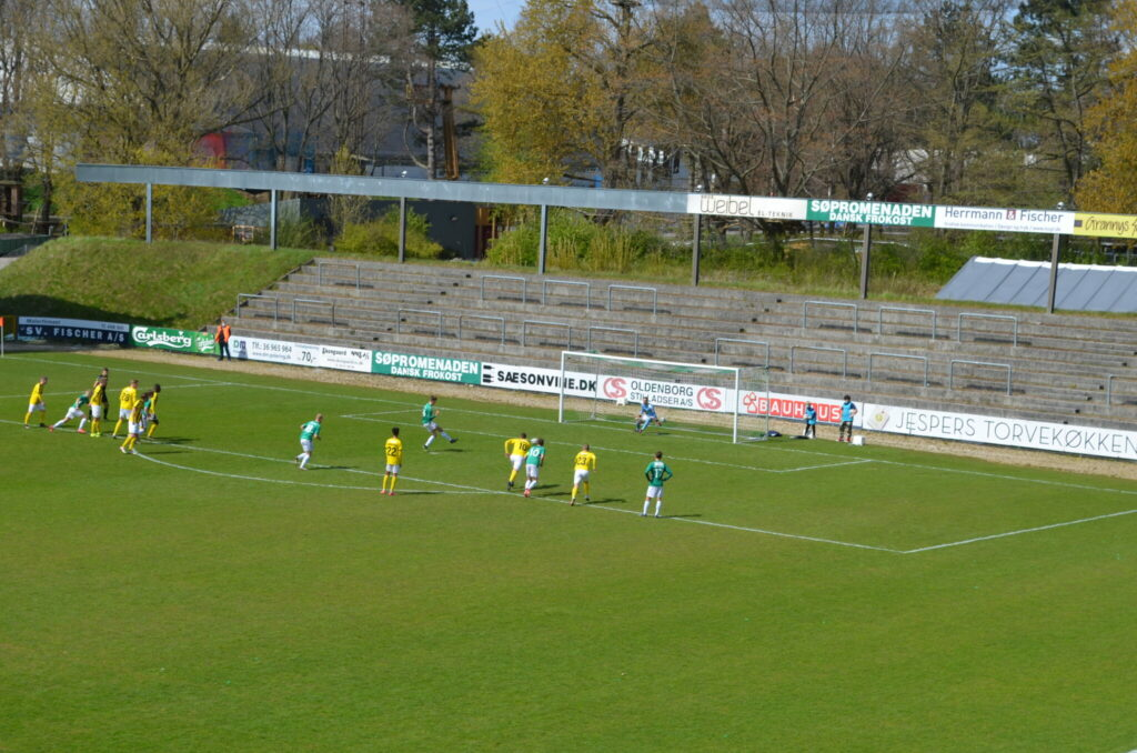 Frederik Christensen sparker AB foran 1-0 på straffespark. (Foto: DTU)