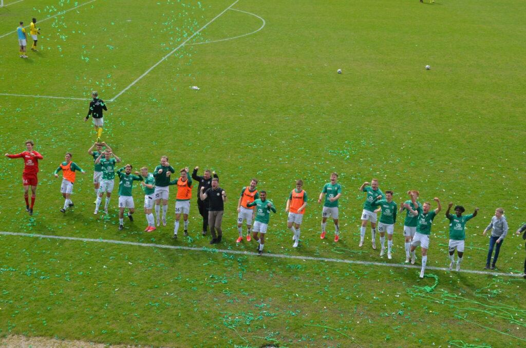 AB's spillere og trænerstab var glade for at have deres fans tilbage på Gladsaxe Stadion. De grønblusede kvitterede med en 3-1 over lokalrivalerne fra Brønshøj. (Foto: DTU)