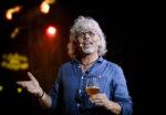 Der smages øl, mens Eddie fortæller om, at han fandt sin American Dream i Danmark.