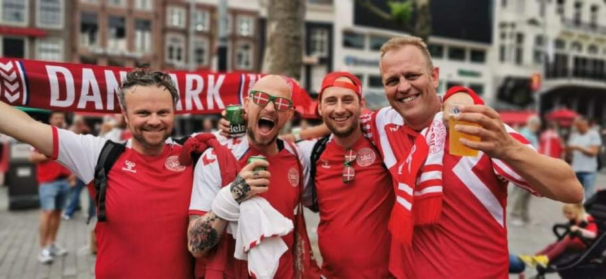 De danske roligans, Jakob, Peter, Kristoffer og Kenneth, varmer op i Amsterdams gader før Danmarks kamp i 1/8-delsfinalen mod Wales. (Foto: Privat)