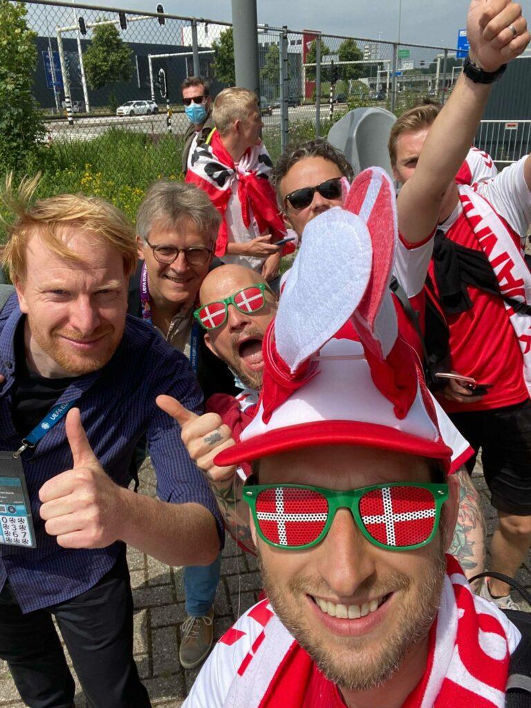 Før Danmarks 1/8-dels finale mod Wales i Holland på Johan Cruijff ArenA i Amsterdam hilste danske roligans på TV-kommentatorerne, Andreas Kraul og Morten Bruun. (Foto: Privat)