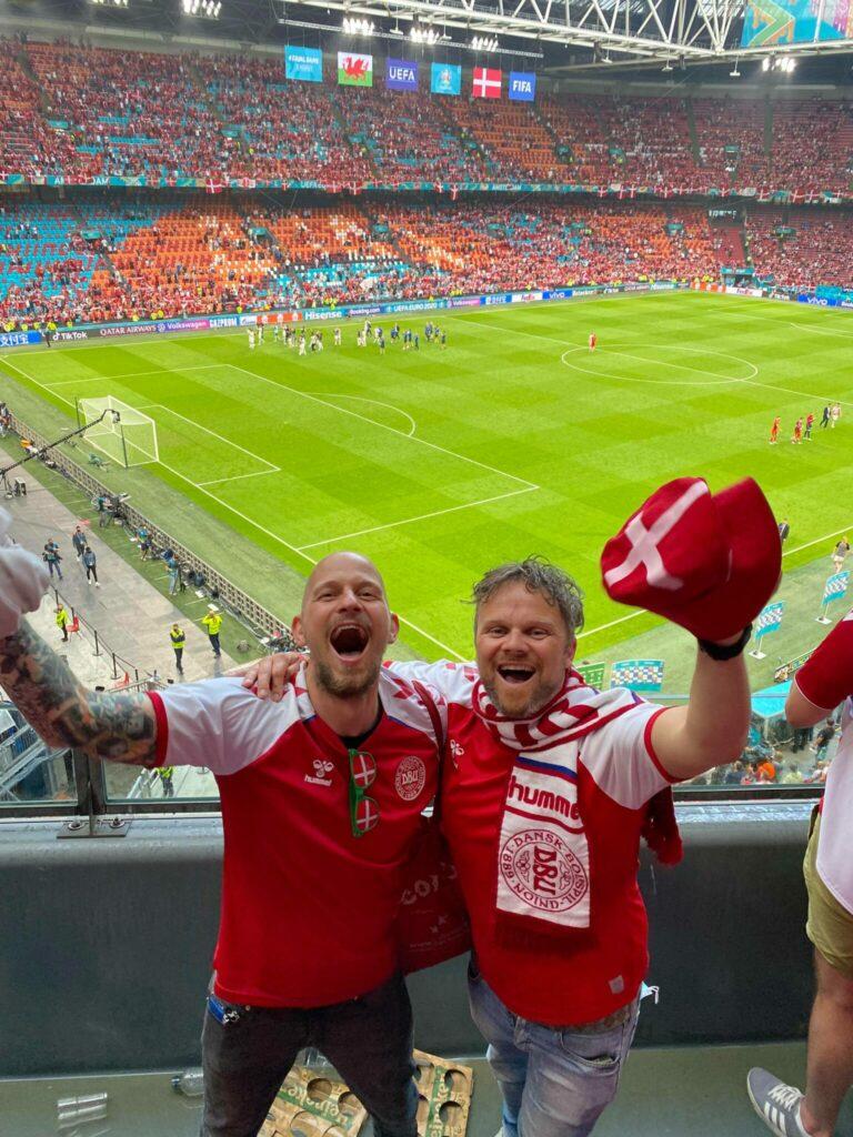 """""""Sejren er vor"""". Peter og Jakob er ellevilde efter den imponerende sejr i 1/8-dels finalen på 4-0 over Wales. (Foto: Privat)"""