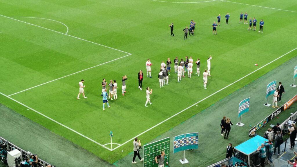 De danske spillere takker alle de tilrejsende fans på Johan Cruijff ArenA efter storsejren over Wales. (Foto: Privat)