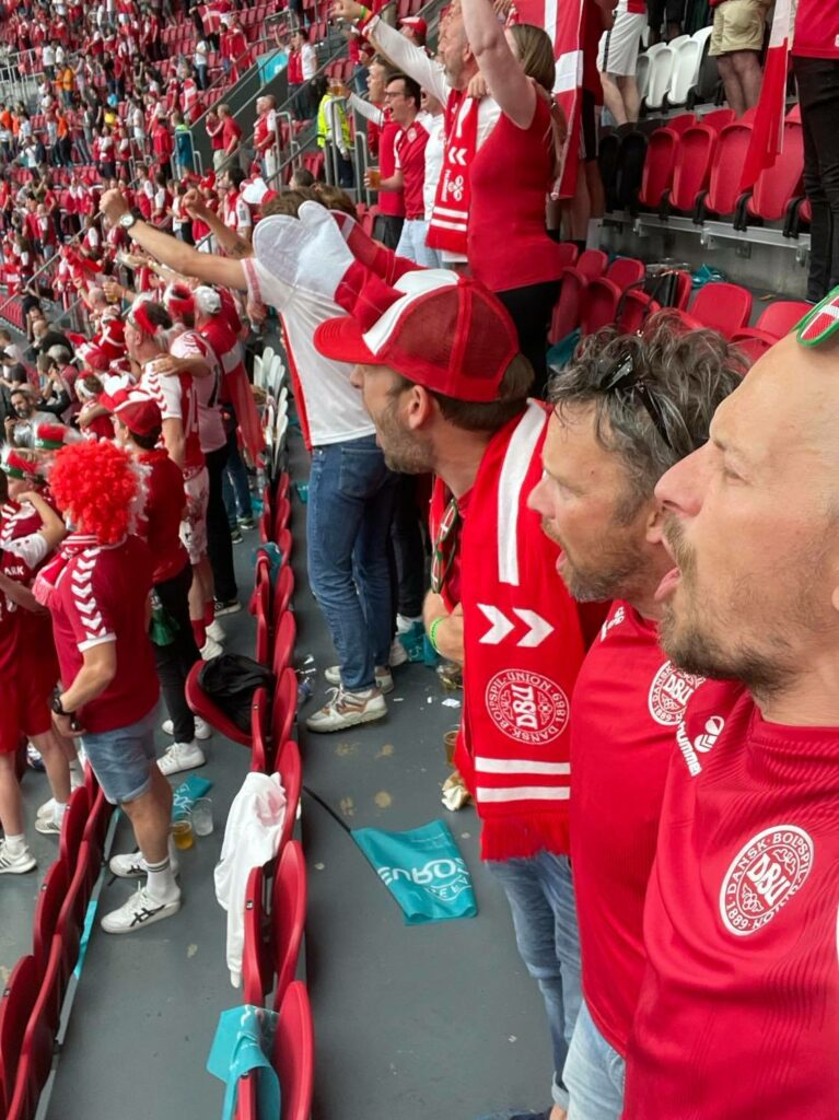 Man forventer omkring 33.000 tilskuere på plads på det Olympiske Stadion i Baku til Danmarks kvartfinale mod Tjekkiet. Heraf er der tilbudt 2500 billetter til danske fans, men man forventer kun cirka 800 danskere tager den knapt 4000 kilometer lange tur til Aserbajdsjan. Ingen af de roligans, som Dansk Træner Union fulgte i fotokavalkaden, har mulighed for tage på fodboldrejsen til Østen. Men de lover fest og kæmpe støtte fra alle hjørner og fodoldhjerter i Danmark. (Foto: Privat)