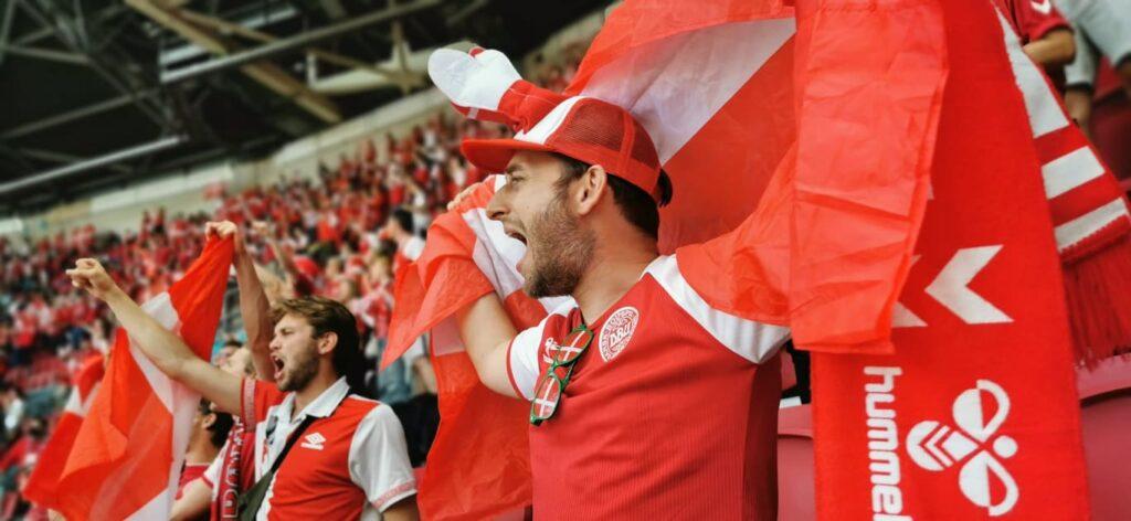 De danske roligans var på plads i kamp to mod Belgien og de fik en drømmestart med Yussuf Poulsen hurtige føringsmål. Danmark spillede en fantastisk første halvleg, men tabte lidt uheldigt til slut med 1-2 til verdensranglistens nummer 1. (Foto: Privat)