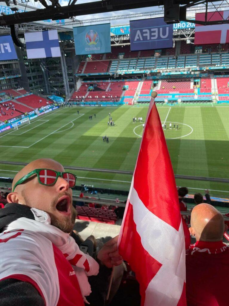 Den skæbnesvangre kamp mod Finland udløste et længerevarende kollektivt chok efter Christian Eriksens hjertestop på banen. Spillere og fans kom sig aldrig over den rystende oplevelse og Danmark måtte gå fra banen med et 0-1 nederlag. At kampen overhovedet blev genoptaget og færdigspillet, var for mange tilskuere uforståeligt. (Foto: Privat)