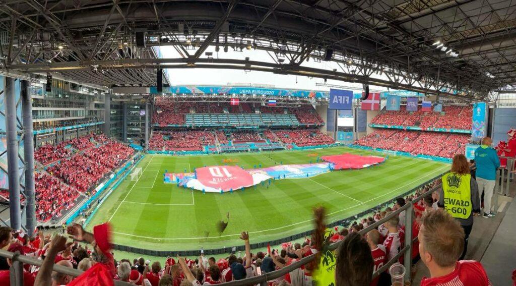 Efter nedturen og Christian Eriksens kollaps mod Finland var Parken også fyldt med sympati og kærlighed til fynboen og til hele landsholdet i den sidste afgørende kamp mod Rusland. Landsholdet kvitterede med suveræn offensiv fodbold og en sejr på 4-1, som bragte dem videre i EM-turneringen. (Foto: Privat)
